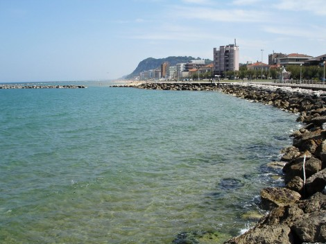 Italské město Pesaro a moře